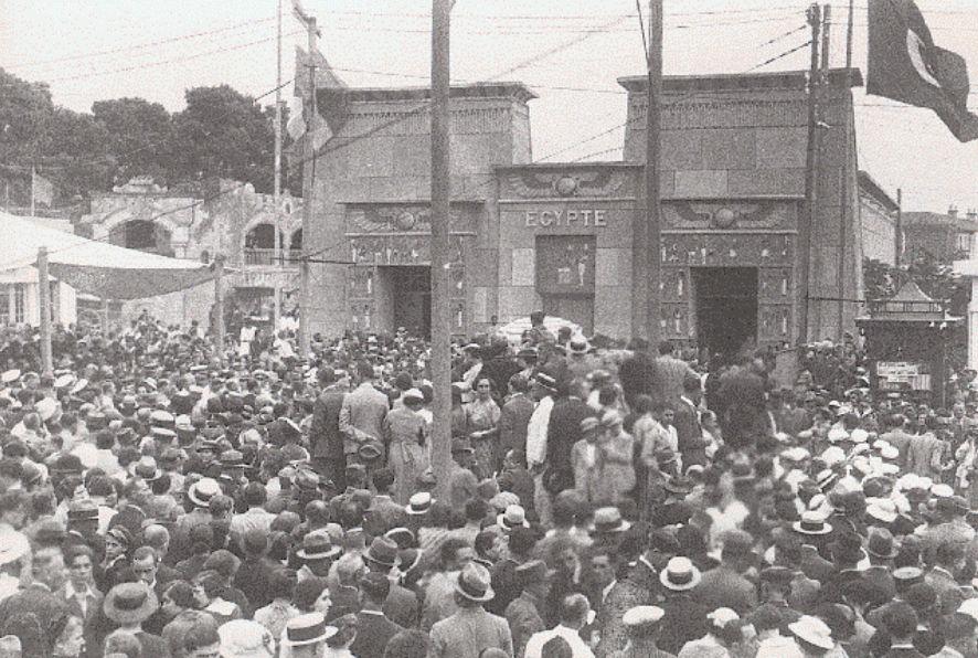 Συνωστισμός μπροστά από το περίπτερο της Αιγύπτου, στην 9η ΔΕΘ το 1934.