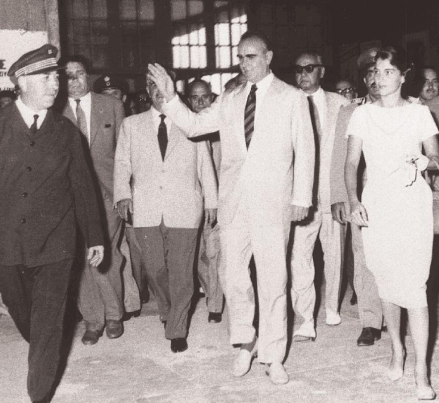 Επίσκεψη του πρωθυπουργού Κωνσταντίνου Καραμανλή και της συζύγου του σε μία από τις πρώτες μεταπολεμικές ΔΕΘ.