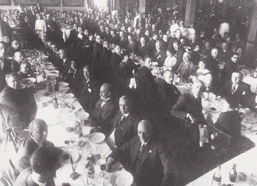 Παράγοντες της οικονομικής και πολιτικής ζωής της προπολεμικής Θεσσαλονίκης σε γεύμα. Σε πρώτο πλάνο, στο κέντρο, ο Νικόλαος Γερμανός, ιδρυτής της ΔΕΘ.