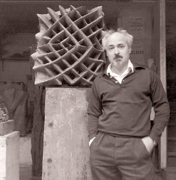 O γλύπτης, στο εργαστήριό του στο Παρίσι, ποζάρει δίπλα στο έργο του «Απόδραση της ύλης - Διαπλανητικό Φως», 1964