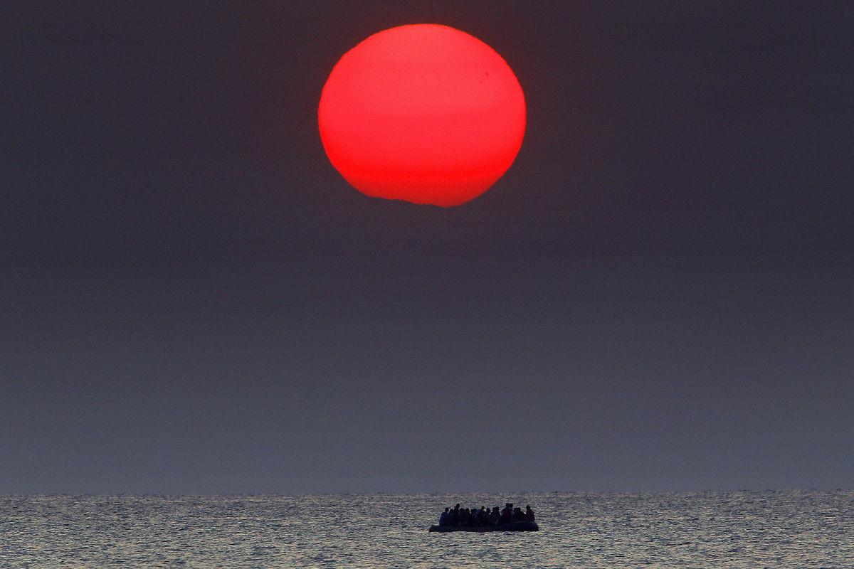 Πρόσφυγες στο Αιγαίο στη Δύση του Ήλιου