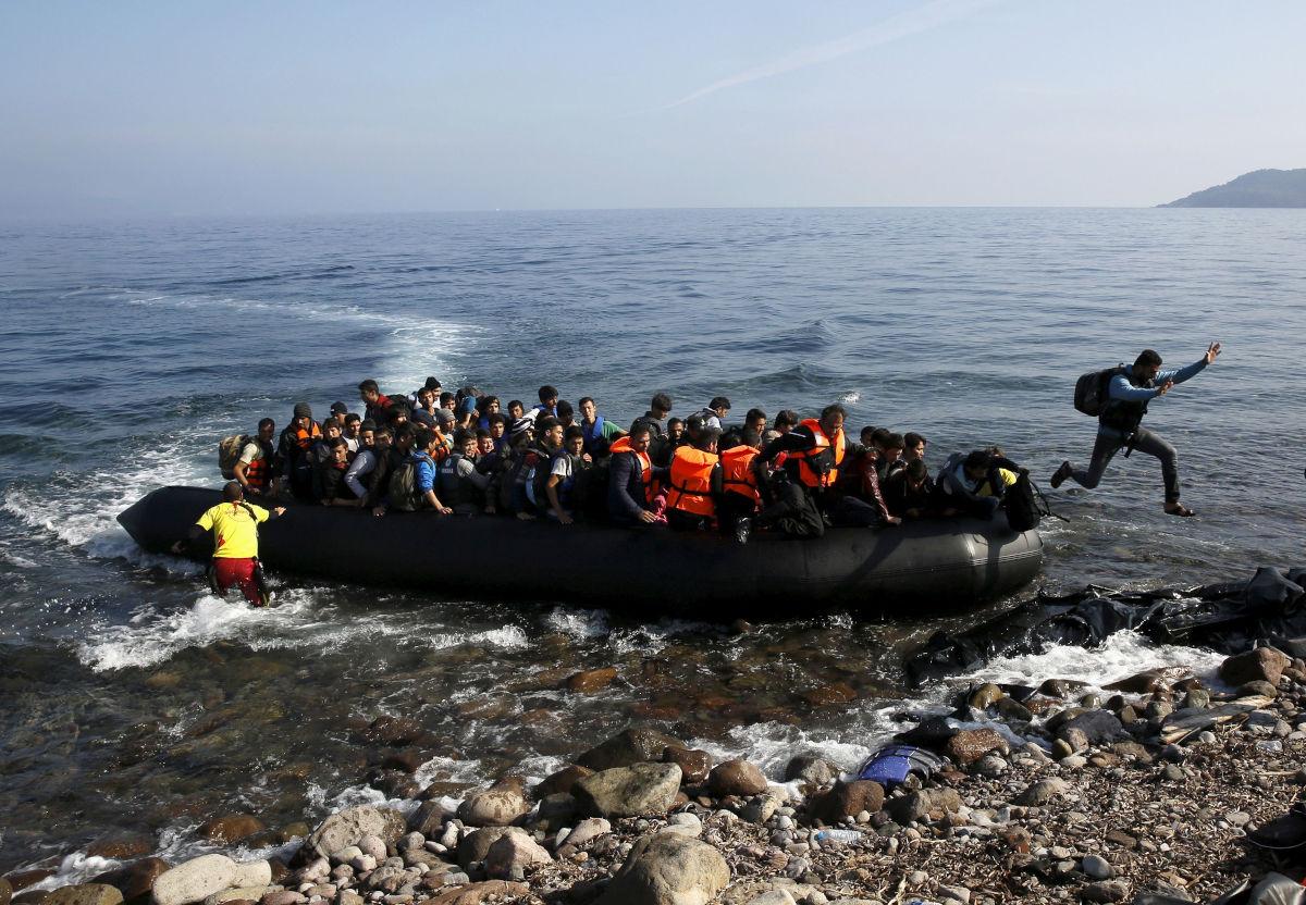 Πρόσφυγες σε βάρκα στο Αιγαίο