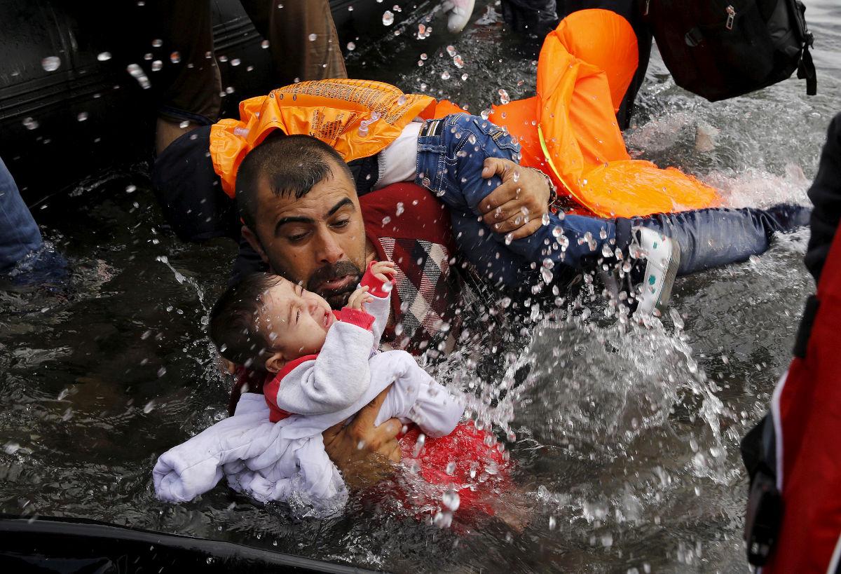 Πατέρας πρόσφυγας προσπαθεί να σώσει το παιδί του στη θάλασσα