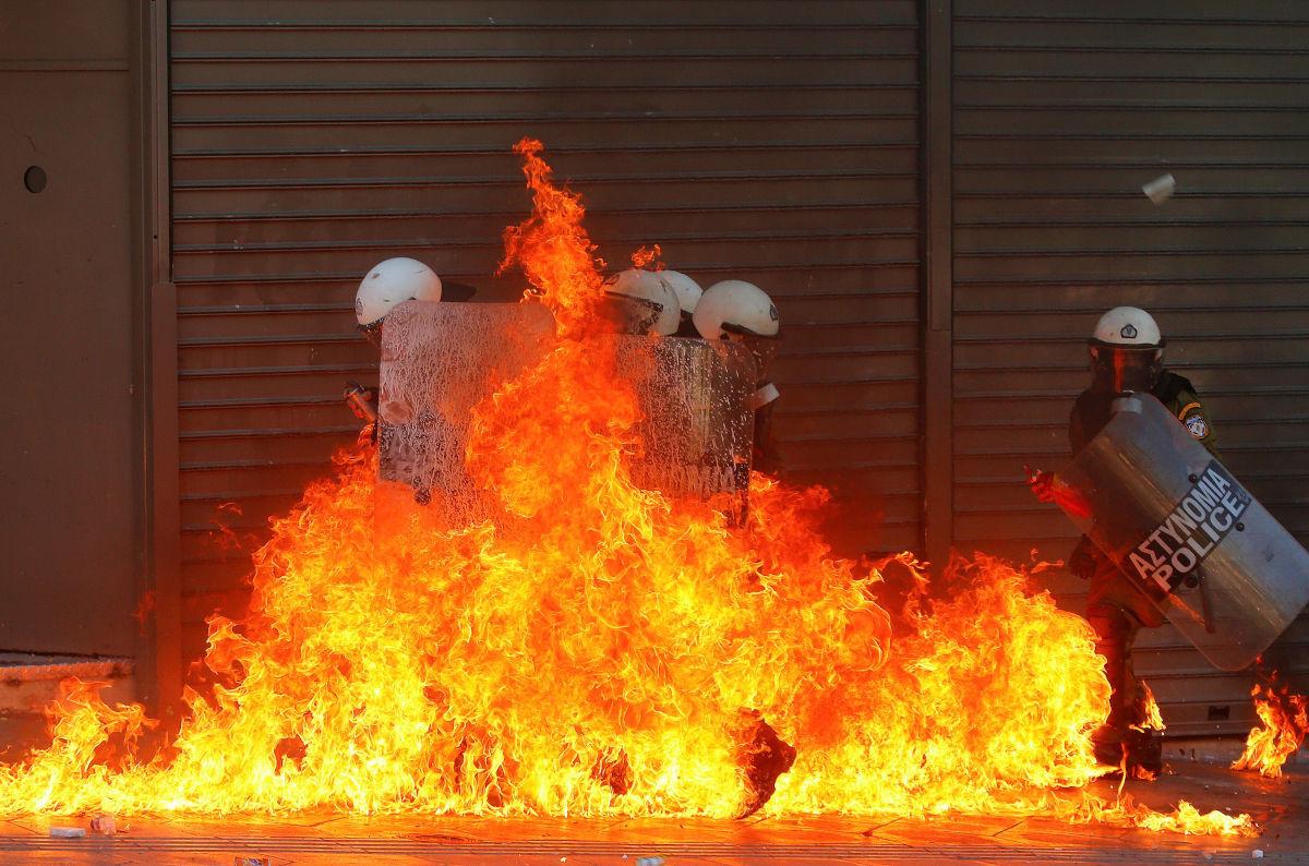 Άνδρες των ΜΑΤ στις φλόγες σε επεισόδια στην πλατεία Συντάγματος