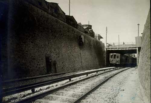 Ξύλινος συρμός κάτω από τη γέφυρα Παπαστράτου
