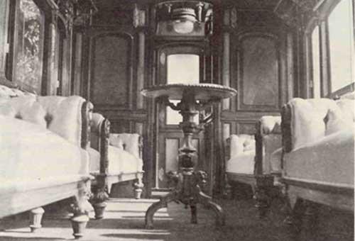 Το εσωτερικό της Βασιλικής άμαξας