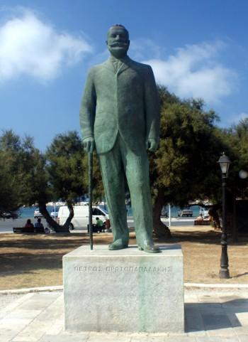 Άγαλμα του Πέτρου Πρωτοπαπαδάκη στη Νάξο