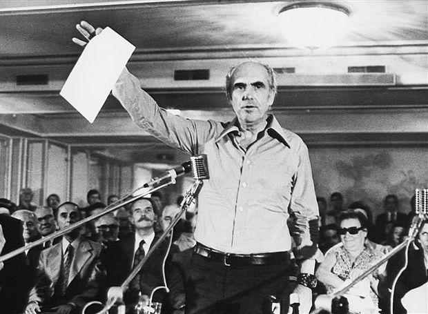 Ο Ανδρέας Παπανδρέου παρουσιάζει την ιδρυτική διακήρυξη του ΠΑΣΟΚ.