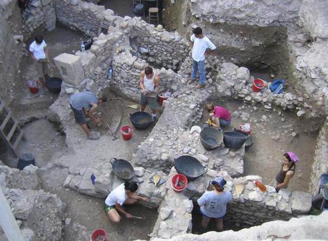 Από ανασκαφή στην Αρχαία Αγορά, όπου βρέθηκαν σκελετοί ανθρώπων που είχαν βίαιο θάνατο, αλλά και βρεφών με γενετικές ανωμαλίες