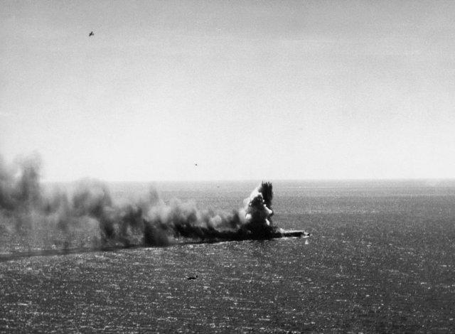 Η βύθιση του αμερικανικού αεροπλανοφόρου «Λέξινγκτον», κατά τη διάρκεια της αεροναυμαχίας στη Θάλασσα των Κοραλλίων