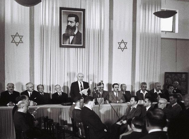 Ο Δαβίδ Μπεν - Γκουριόν διαβάζει την ιδρυτική διακήρυξη του κράτους του Ισραήλ