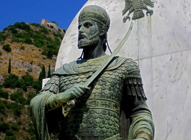 Άγαλμα του Κωνσταντίνου ΙΑ' Παλαιολόγου στο Μυστρά Λακωνίας