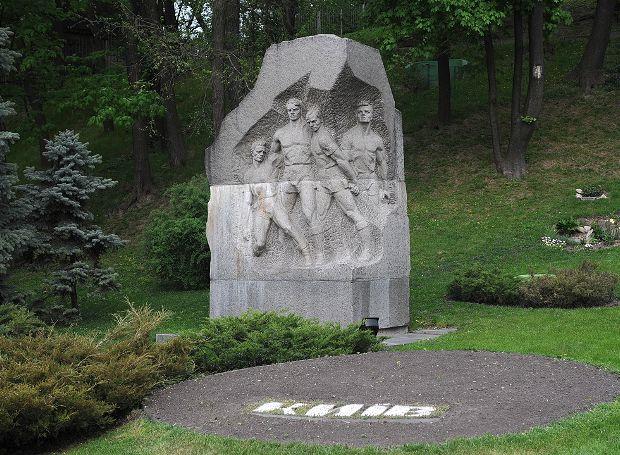 Μνημείο στο γήπεδο «Ντιναμό»