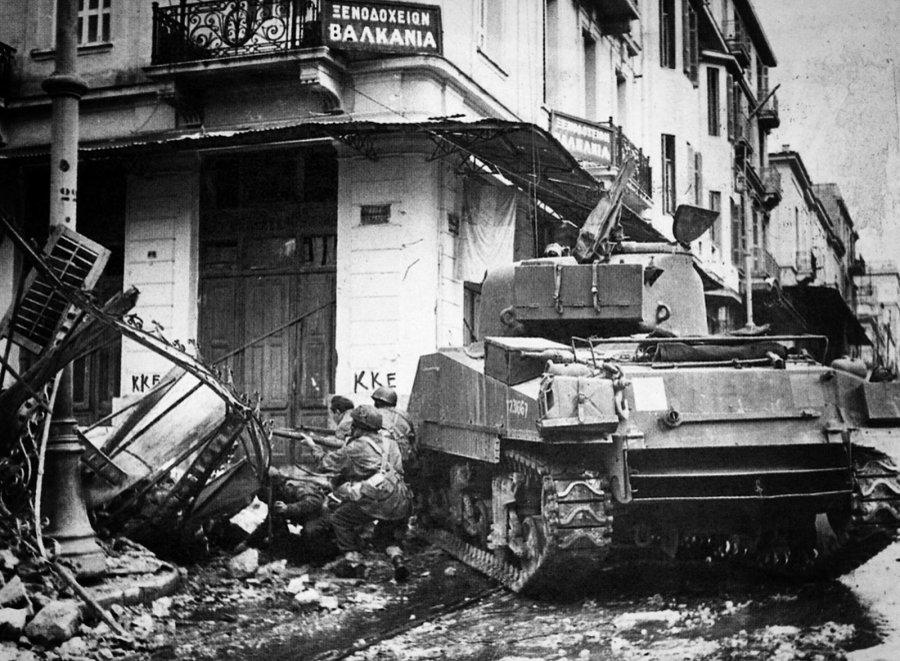 Βρετανοί κομάντος καλυμμένοι πίσω από τανκ στην οδό Σωκράτους.