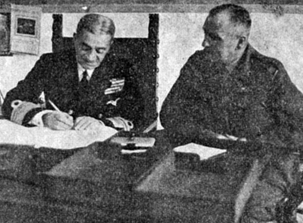 Ο αντιναύαρχος Περικλής Ιωαννίδης υπογράφει το πρωτόκολλο παράδοσης των Δωδεκανήσων.