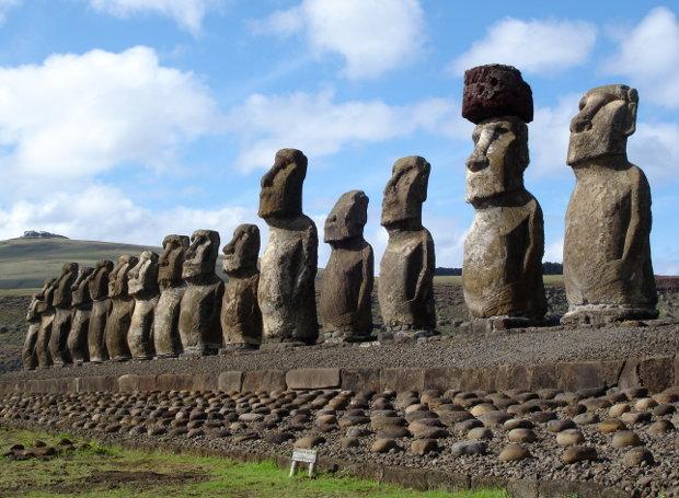 Το Νησί του Πάσχα είναι γνωστό από τα περίφημα μοάι, μνημειώδη αγάλματα με ανθρώπινη μορφή