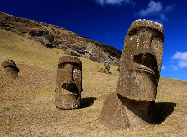 Τα μυστηριώδη γιγάντια αγάλματα στο Νησί του Πάσχα συνεχίζουν να πονοκεφαλιάζουν τους επιστήμονες για το πώς κατασκευάζονταν και πώς γινόταν η μεταφορά τους στο νησί.