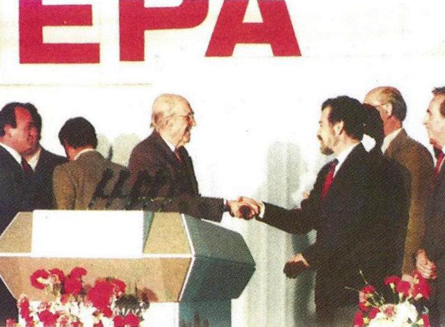 Ο Ανδρέας Παπανδρέου με στελέχη του ΠΑΣΟΚ, λίγο μετά την προεκλογική ομιλία του στο Περιστέρι.