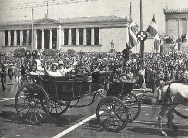 Το βασιλικό ζεύγος στη γαμήλια πομπή στους δρόμους της Αθήνας.