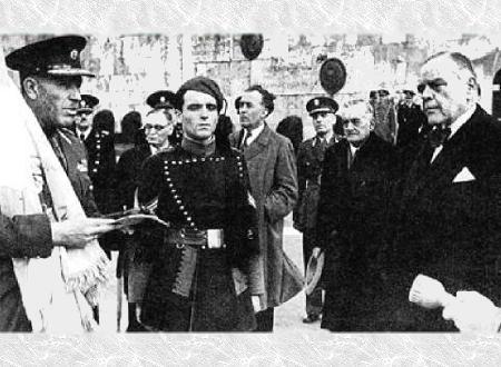 Ο Ιωάννης Ράλλης (δεξιά) παραδίδει το 1943 την Ελληνική σημαία στον αρχηγό των Ταγμάτων Ασφαλείας Αττικής, ταγματάρχη Πλυτσανόπουλο.