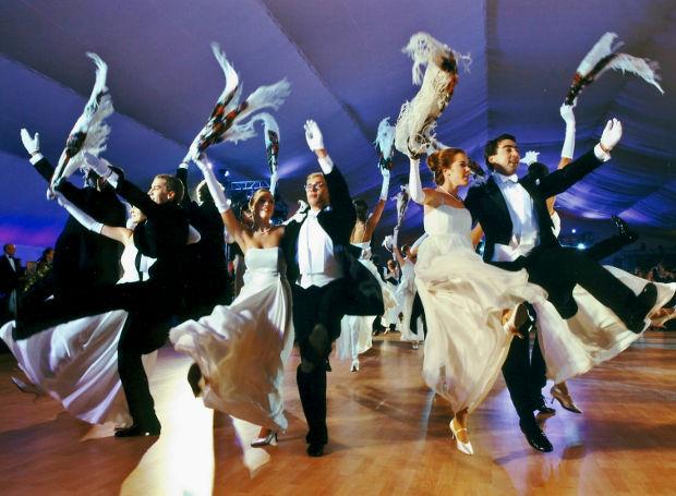 Χορεύοντας κρακόβιακ, υπό τους ήχους του Σοπέν.