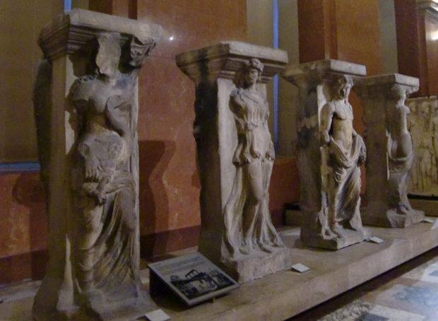 Τα πρωτότυπα βρίσκονται στο Μουσείο του Λούβρου
