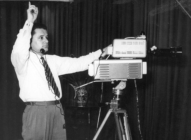 Ο Μάνος Ιατρίδης, προϊστάμενος Δημοσίων Σχέσεων της ΔΕΗ και εμπνευστής του εγχειρήματος του πειραματικού τηλεοπτικού σταθμού, ένα λεπτό πριν από την έναρξη της πρώτης εκπομπής στις 4 Σεπτεμβρίου 1960.