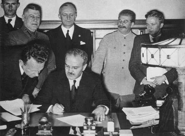 Ο Βιάτσεσλαβ Μόλοτοφ υπογράφει το Γερμανοσοβιετικό Σύμφωνο μη Επίθεσης