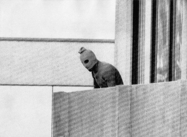 Ένας από τους τρομοκράτες του «Μαύρου Σεπτέμβρη» κοιτάζει από το μπαλκόνι του διαμερίσματος, όπου εννέα μέλη της ισραηλινής αποστολής κρατούνται όμηροι.
