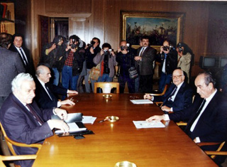 Από αριστερά: Χ. Φλωράκης, Α. Παπανδρέου, Ξ. Ζολώτας, Κ. Μητσοτάκης (1989)