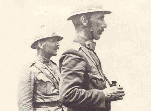 Ο στρατηγός Νίδερ και αριστερά του ο συνταγματάρχης Πάγκαλος, σε παρατηρητήριο κοντά στο Στρυμόνα.