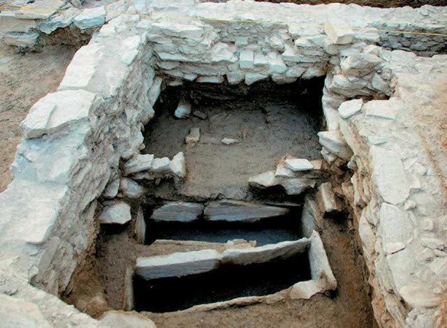 Στα Πευκάκια ανασκάπτεται ένας παραθαλάσσιος οικισμός, στον οποίο διαπιστώνονται εμπορικές, βιοτεχνικές, αλλά και λατρευτικές δραστηριότητες.