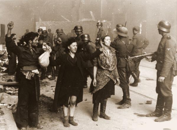 Τσιγγάνοι σε στρατόπεδο συγκέντρωσης.