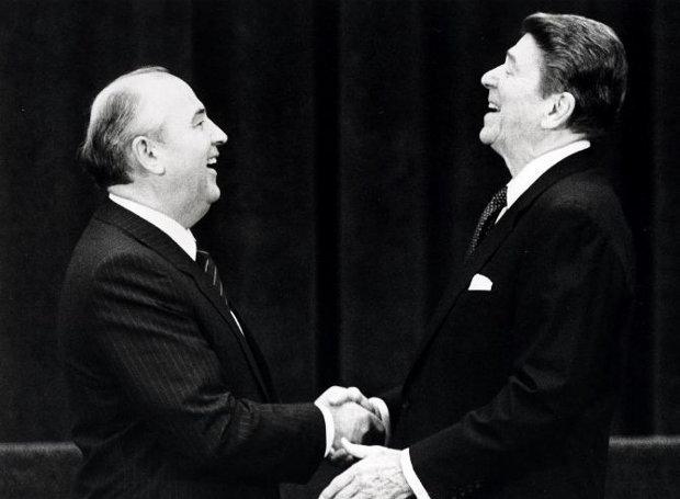 Μιχαήλ Γκορμπατσόφ και Ρόναλντ Ρίγκαν στη διάσκεψη της Γενεύης