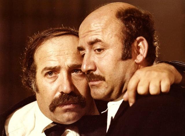 Ο Βαγγέλης Καζάν (δεξιά), με τον Θύμιο Καρακατσάνη στην ταινία «Οι Νταντάδες» (1979)