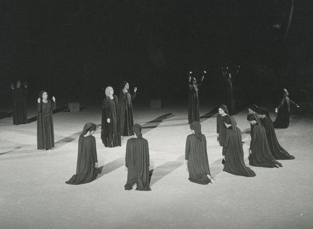 Στιγμιότυπο από παράσταση του Εθνικού Θεάτρου στο Αρχαίο Θέατρο Επιδαύρου το καλοκαίρι του 1975.