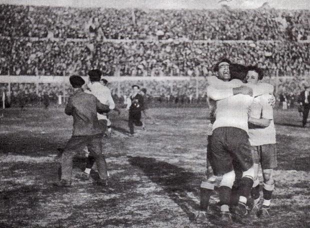 Οι παίκτες της Ουρουγουάης πανηγυρίζουν την κατάκτηση του 1ου Παγκοσμίου Κυπέλλου