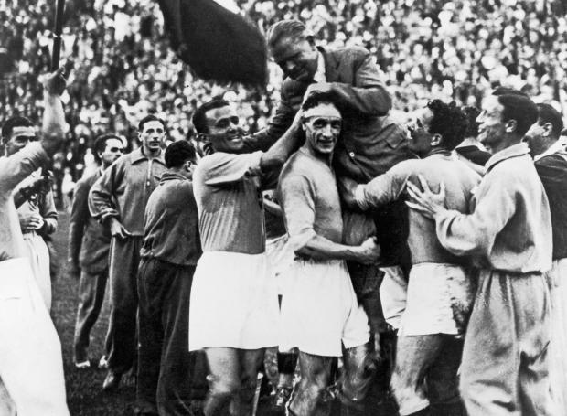 Η ομάδα της Ιταλίας πανηγυρίζει την κατάκτηση του 2ου Παγκοσμίου Κυπέλλου