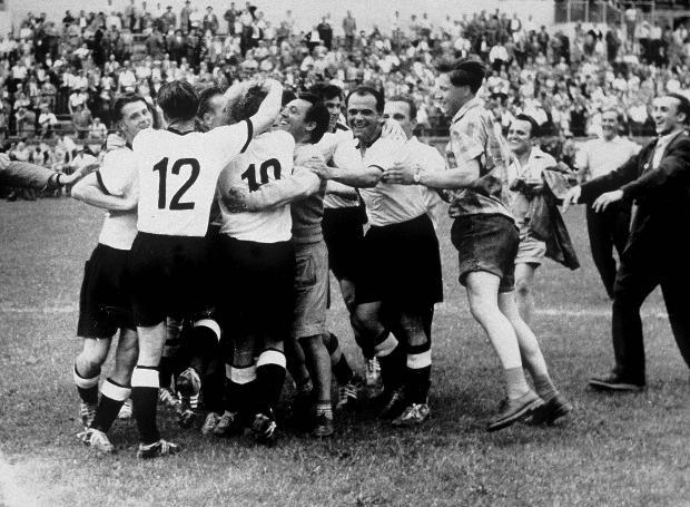 Η ομάδα της Δ. Γερμανίας πανηγυρίζει την κατάκτηση του 5ου Παγκοσμίου Κυπέλλου