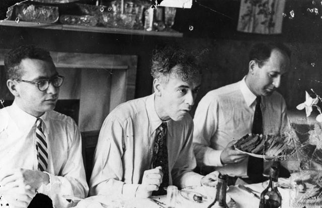 Ο Λεβ Λαντάου πλαισιούμενος από τους αμερικανούς συναδέλφους του Γκελ-Μαν και Μάρσακ το 1956 στην Μόσχα.