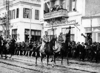 29 Οκτωβρίου 1912. Ο βασιλιάς Γεώργιος Α' και αρχιστράτηγος Κωνσταντίνος εισέρχονται στη Θεσσαλονίκη επικεφαλής του στρατού.