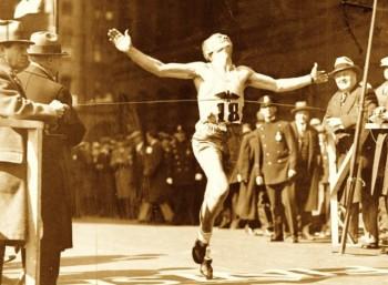 Ο Τζον ΜακΝτέρμοτ κόβει το νήμα του τερματισμού στον πρώτο Μαραθώνιο της Βοστώνης το 1897