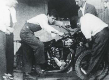 Ο νεαρός Ερνέστο με την αγαπημένη του μοτοσυκλέτα
