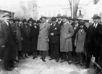 Αθηναίοι ψηφοφόροι του 1934 πλαισιώνουν τον πρωθυπουργό, Παναγή Τσαλδάρη. Δεξιά και ο δήμαρχος, Σπύρος Πάτσης.