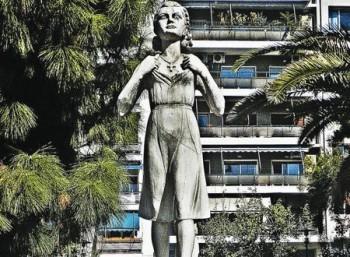 Άγαλμα της Ηρώς Κωνσταντοπούλου στην πλατεία Τερψιθέας του Πειραιά