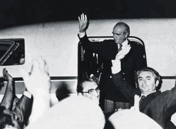 Karamanlis_1974-aeroplano Η αποκατάσταση της δημοκρατίας στην Ελλάδα