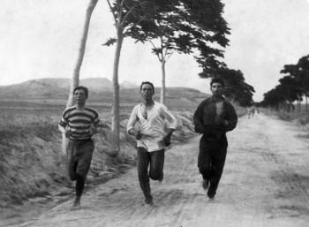 Μαραθώνιος 1896, στη μέση ο Βασιλάκος
