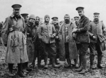 Βρετανοί και Γερμανοί στρατιώτες στη νεκρή ζώνη