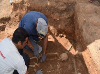 Σπάνια στον ελλαδικό χώρο η χάλκινη νεκρική κλίνη που αποκάλυψε η αρχαιολογική σκαπάνη στην Κοζάνη