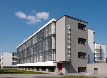 Το κτίριο του Μπαουχάους στο Ντέσαου, έργο του Βάλτερ Γκρόπιους, που αποτελεί την συμπύκνωση των αρχών της σχολής.